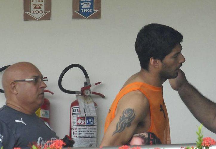 Entre lagrimas y frustración el ariete del Liverpool abandonó la concentración de su selección, para reunirse con su familia en Uruguay. (Foto: AP)