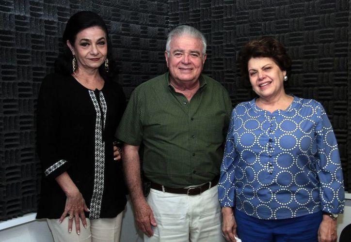 Marilis Escalante, Roberto Díaz y Díaz y Alis García de Ortiz, en el programa Salvemos una vida', que se transmite por Amor 101.1 de Grupo SIPSE. (Jorge Acosta/SIPSE)