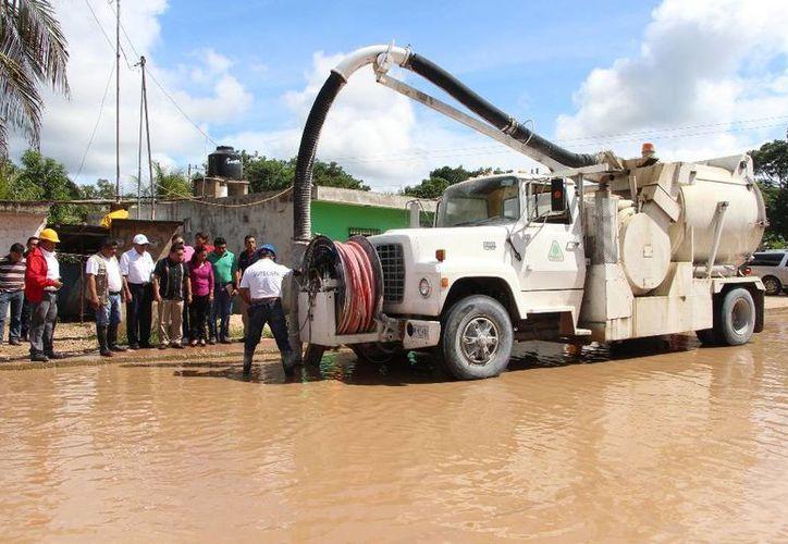 Los trabajadores contaron con el apoyo de una maquinaria para extraer el agua. (Raúl Balam/SIPSE)