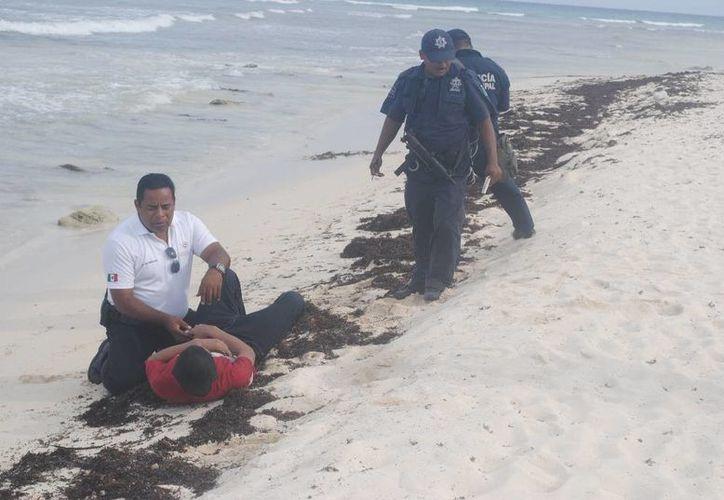 Un hombre nadó durante dos horas a la espera de que alguien acuda a rescatarlo en una playa de Playa del Carmen. (Redacción/SIPSE)