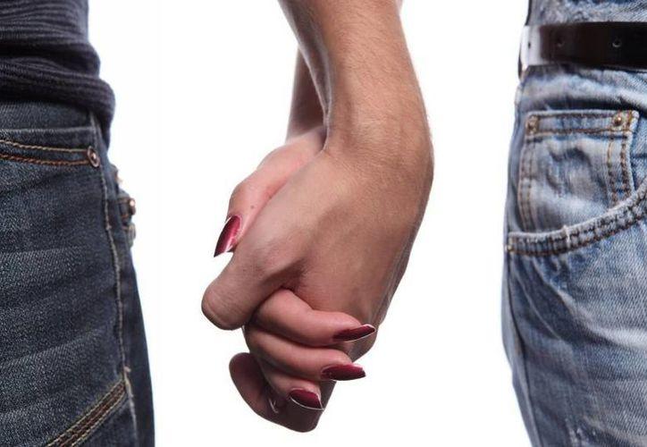 El enamoramiento es una liberación masiva de dopamina, señala especialista. Fotografía de una pareja tomada de la mano.(Agencias)