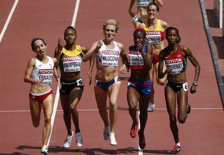 Dos kenianas dieron positivo en pruebas de dopaje en el Mundial de Atletismo en Beijing. En la foto, competidoras en la prueba de 800 metros planos. (Foto: AP)