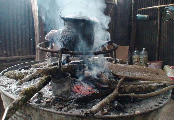 Un factor de riesgo para el cáncer de pulmón es estar cerca de una persona que fuma, así como cocinar con leña. (lopezdoriga.com)