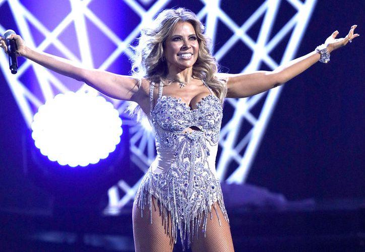 Durante un baile, el vestido de Gloria Trevi se subió de más. (Foto: El Demócrata)