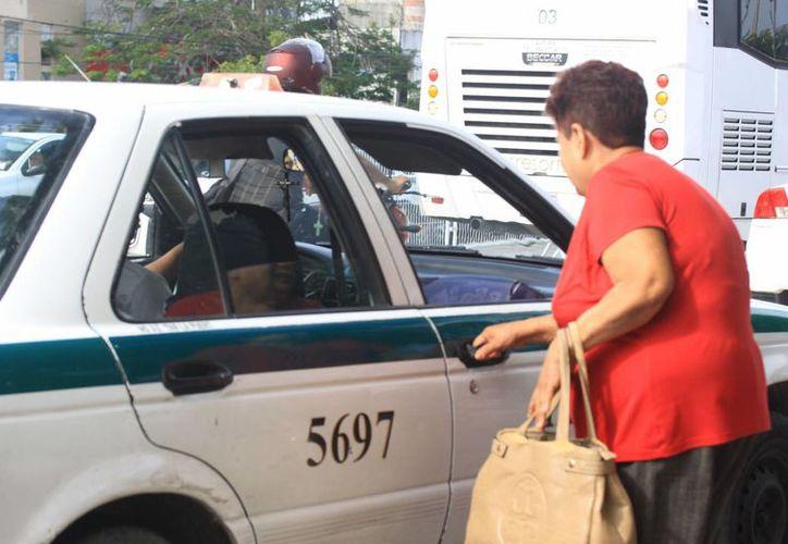 Piden a los usuarios de taxis denunciar los abusos. (Luis Soto/SIPSE)