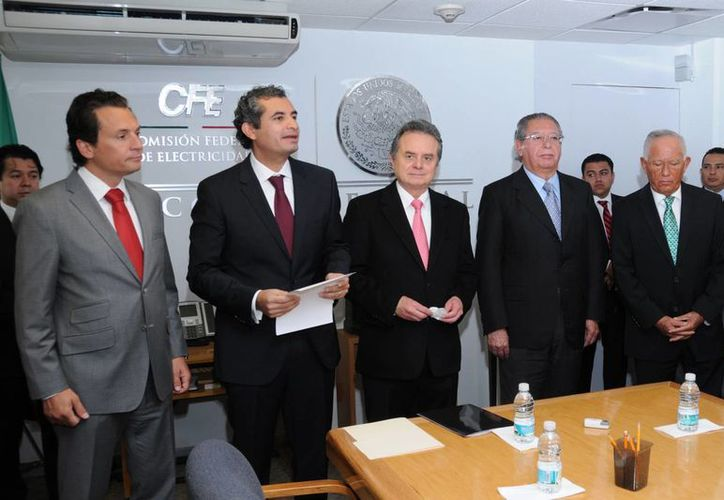 El secretario de Energía, Pedro Joaquín Coldwell (en medio) dio posesión a Enrique Ochoa Reza (segundo de izquierda a derecha), como nuevo director general de la Comisión Federal de Electricidad, luego de la renuncia de Francisco Rojas (segundo de derecha a izquierda), por motivos personales. (Notimex)