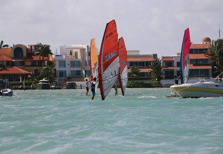 La bahía entre Cancún e Isla Mujeres es el escenario ideal para el evento. (Raúl Caballero/SIPSE)