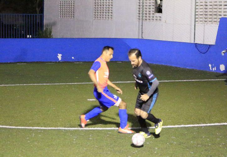 El partido entre Capa y Black Devils se reanudó con una decisión insólita del la presidencia de la Liga. (Miguel Maldonado/SIPSE)