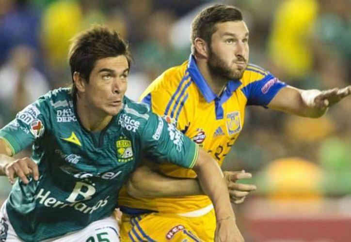 El central Nacho González (i) sostuvo un interesante duelo ante el goleador André Pierre Gignac en la semifinal León vs Tigres, pero al final el francés venció. (goal.com)