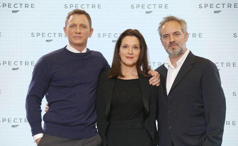 El actor Daniel Craig, la productora Barbara Broccoli, y el director Sam Mendes posan para los medios, tras la presentación de la nueva película de la saga James Bond. La nueva cinta se llama 'Spectre'. (AP)