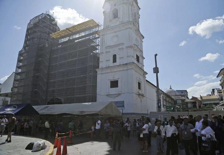 Miles de personas evacuaron los edificios de la capital panameña. (AP/Arnulfo Franco)