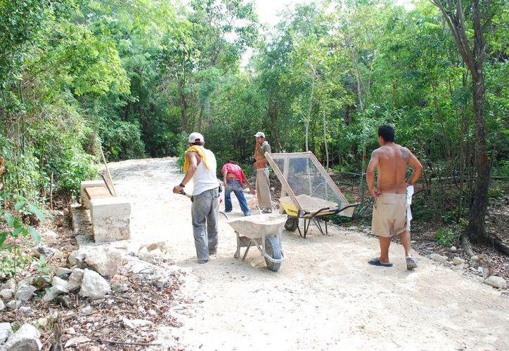 Trabajadores de la constructora realizan los últimos trabajos en la ciclopista. (Tomás Álvarez/SIPSE)