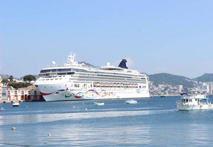 Imagen del crucero Norwegian Cruise Star a su llegada al puerto de Acapulco con más de 3 mil pasajeros y tripulantes. (Notimex)