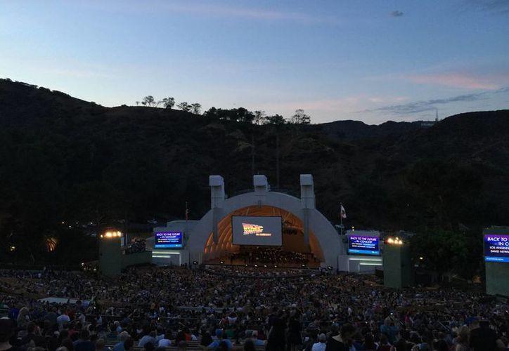 Un total de 17,000 personas llenaron el Hollywood Bowl para ver 'Volver al futuro', en su aniversario 30, con música orquestal en vivo. (slashfilm.com)