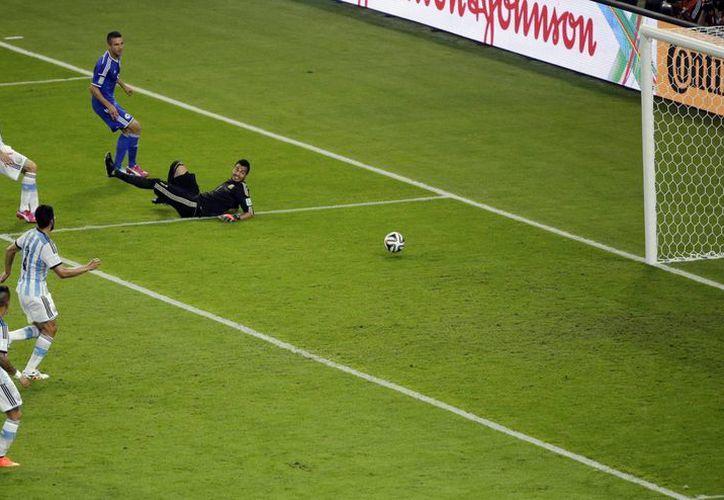 Ibisevic (i) metió el gol de la honra para Bosnia, primero en la historia de este país, pues hizo su debut en Mundiales ante Argentina.