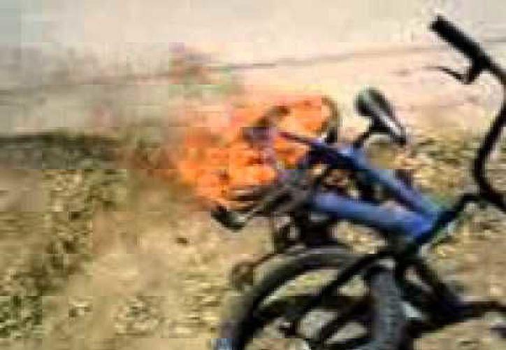 El padre de familia se puso tan violento que incendió las bicicletas de sus hijas, y eso hizo que vecinos llamaran a la policía. (Foto contexto Youtube)