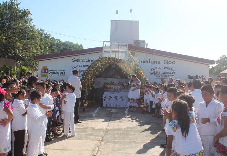 La presentación se realizó en la plaza cívica de la escuela primaria. (Raúl Balam/SIPSE)