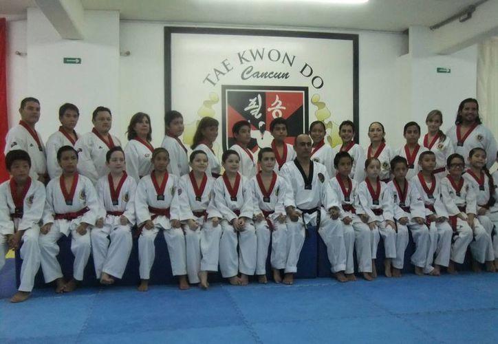 Los integrantes de la selección de la organización Pil Sung se alistan para la etapa estatal de tae kwon do. (Redacción/SIPSE)