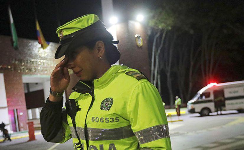 Tremendo susto se llevaron los forenses cuando levantaban el supuesto cadaver. (Reuters)
