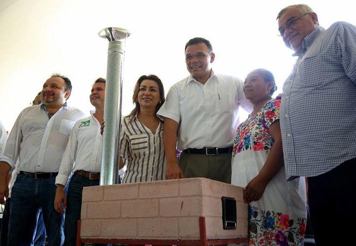 Rolando Zapata Bello encabezó la entrega de estufas ecológicas en la comisaría meridana de Komchén. (Cortesía)