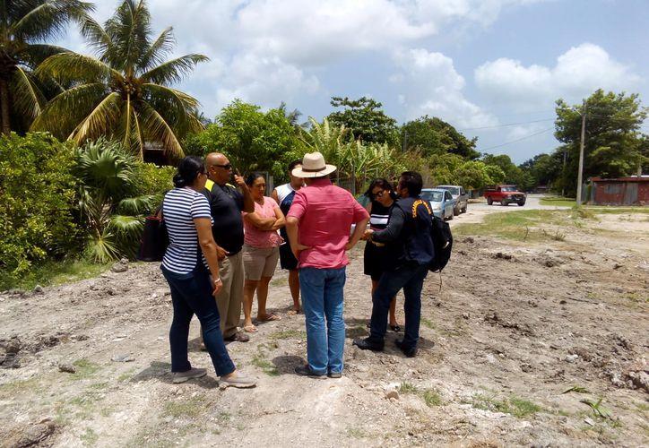 Autoridades municipales clausuraron la construcción de una barda que bloqueaba el acceso a la laguna Milagros. (Benjamín Pat/SIPSE)
