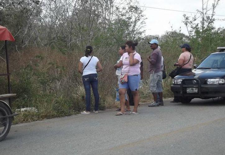 Parientes de los asesinados esperaban noticias a la vera de la carretera. La esposa del propietario  de la granja dio aviso a la Policía al hallar huellas de sangre en el lugar. (Milenio Novedades)