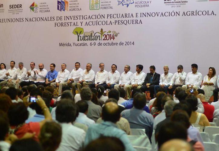 Diversos funcionarios asistieron a la inauguración de los encuentros en el Centro Convenciones Yucatán Siglo XXI. (Milenio Novedades)
