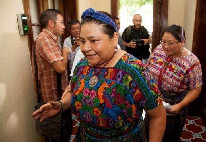 Rigoberta Menchú fue víctima de discriminación mediante el uso de su imagen en una serie de memes.(AP)