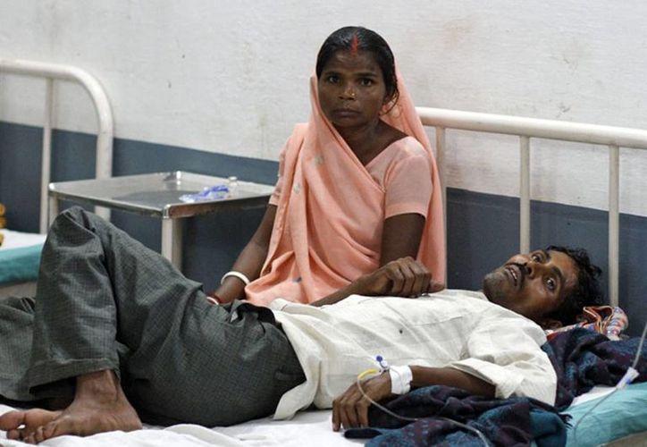 Al menos 30 personas murieron y un centenar están siendo tratadas en los hospitales en el estado de Uttar Pradesh después de beber licor contaminado. (Agencias)