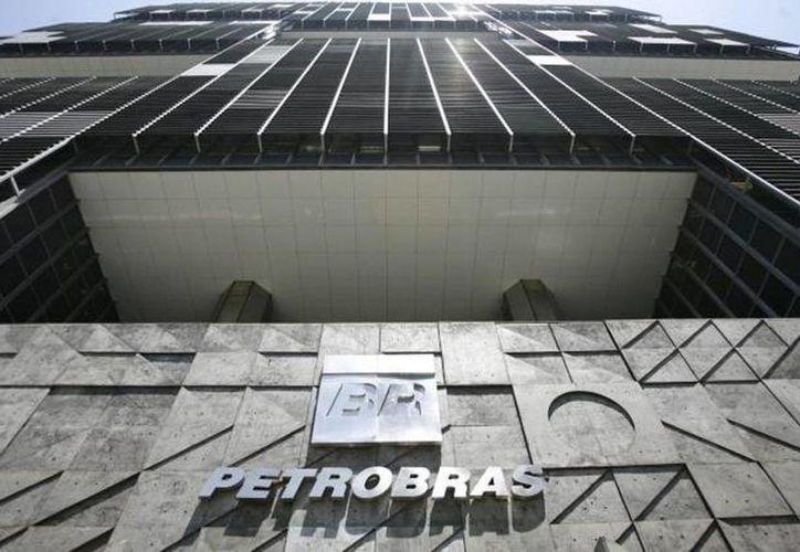 La fiscalía federal de Brasil presentó cargos contra 35 personas relacionadas con un extenso esquema de corrupción en Petrobras. (Twitter/@ENTORNOi)