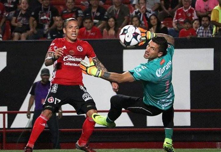 El colombiano Dayro Moreno fue el autor del 2-0, al minuto 80, con este disparo colocado que superó al arquero Crivelli. (Foto tomada de Facebook/Xolos)