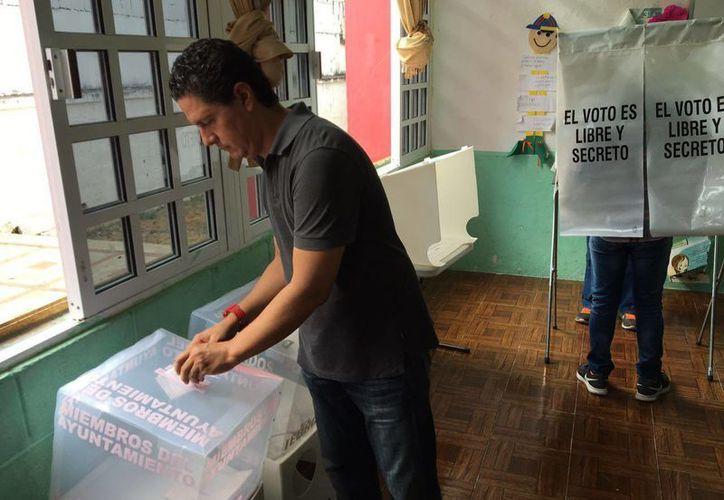 Momento en que emite el voto Raúl Andrade Angulo. (Claudia Martin/SIPSE)