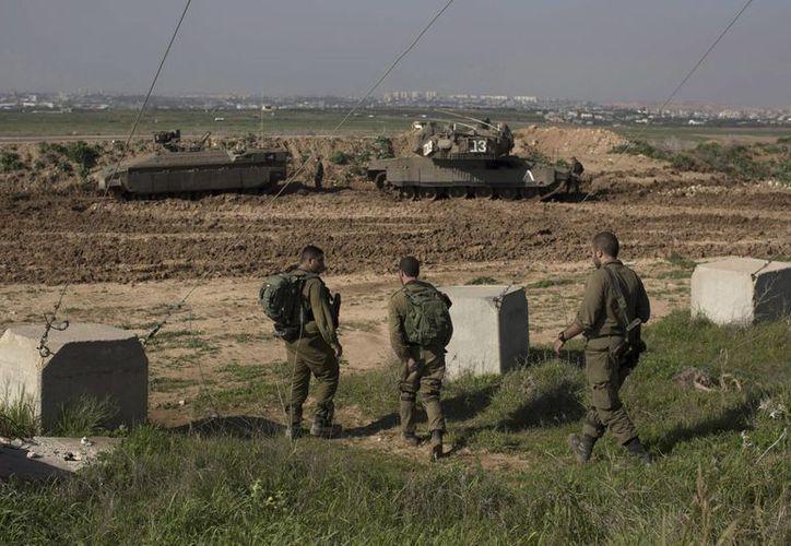Soldados israelíes hacen guardia en la frontera entre Israel y Gaza, cerca de Nahal Oz, Israel. (EFE/Archivo)