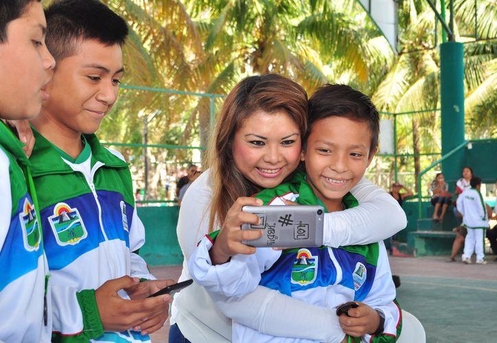 Romi Dzul Caamal, presidente municipal de Tulum reconoció a los deportistas con un incentivo económico. (Redacción/SIPSE).