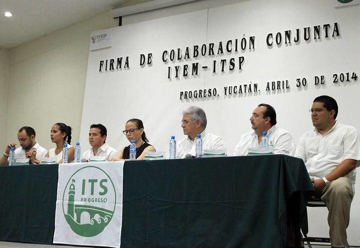Autoridades estatales y educativas durante la firma del convenio del IYEM con las universidades. (Milenio Novedades)