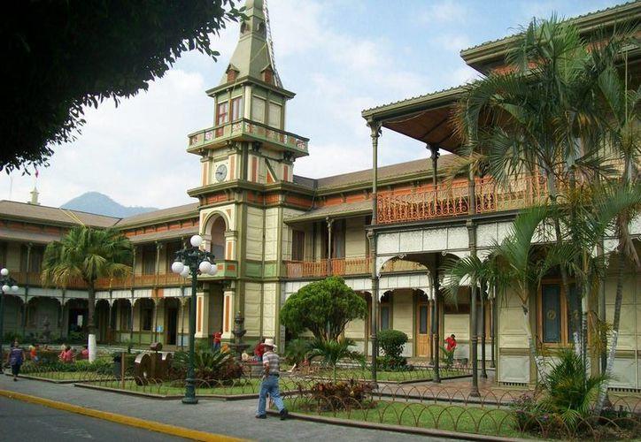 De acuerdo con el Índice de Paz México 2015, Orizaba, en Veracruz, resultó ser la más segura o menos violenta. Imagen del Palacio de Hierro de Orizaba. (vidajarocha.com)