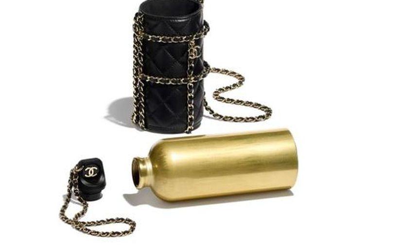 Una cantimplora ecológica que también puede usarse como bolso, es el accesorio más cotizado de la Casa Chanel de París. (Foto: Reforma).
