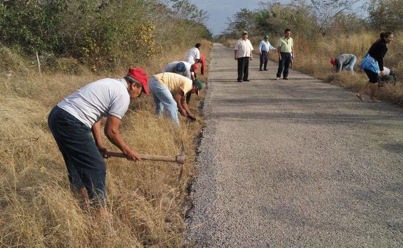 La SCT puso en marcha su programa de empleo temporal en Yucatán, con el fin de dar trabajo y al mismo tiempo poner en buen estado los caminos del Estado. (Foto cortesía del Gobierno de Yucatán)