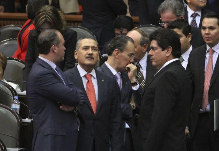 El PRI fue el partido que presentó más iniciativas. En la imagen, al centro, el diputado priista Manlio Fabio Beltrones. (Notimex)