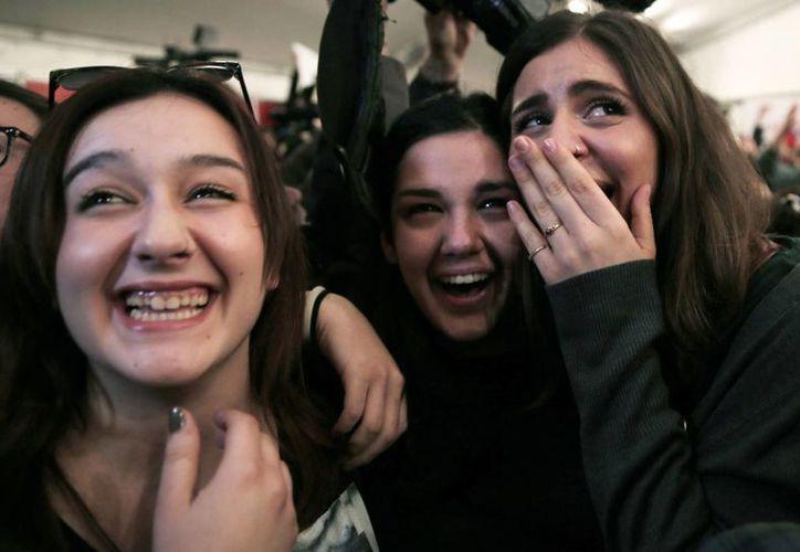 Simpatizantes de Syriza celebran los primeros sondeos que dan una clara ventaja a su partido en las parlamentarias griegas. (AP)