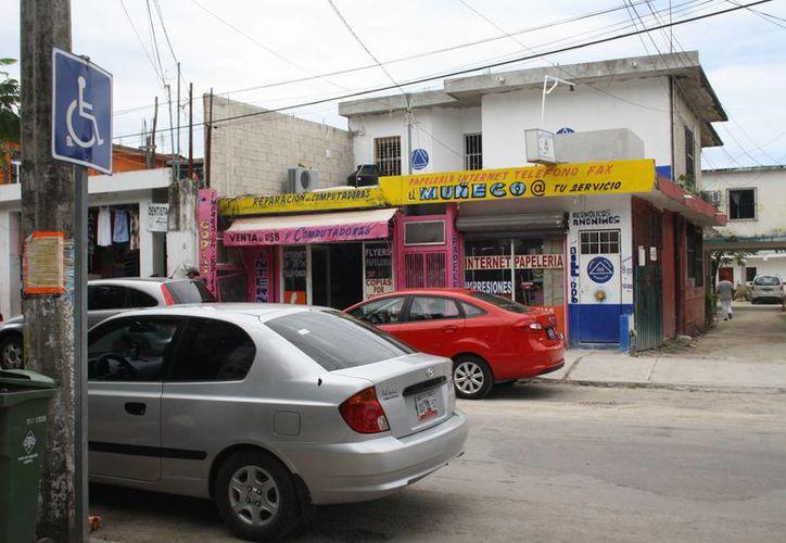 Comerciantes del centro del municipio ponen los cajones de estacionamientos públicos al servicio de sus clientes y proveedores. (Rossy López/SIPSE)