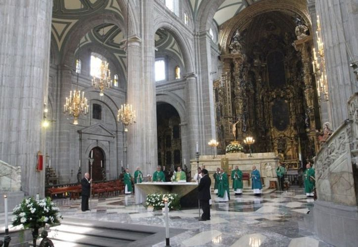 El padre Machorro Alcalá, de 55 años de edad, sufrió el lunes pasado un ataque al interior del atrio de la Catedral Metropolitana. (Xeu).