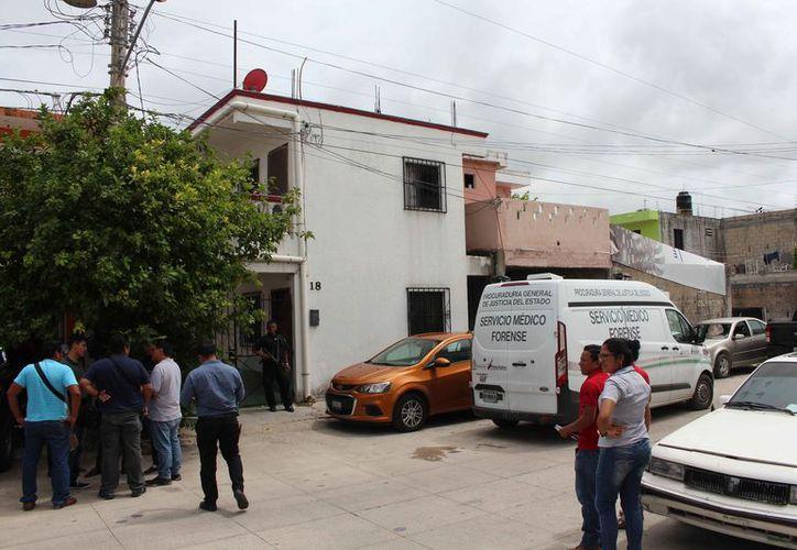 Una camioneta de la Semefo trasladó el cuerpo del occiso. (Redacción)