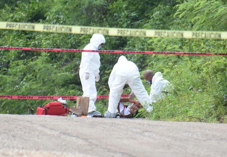 Personal forense hizo el levantamiento del cadáver. (Redacción/SIPSE)