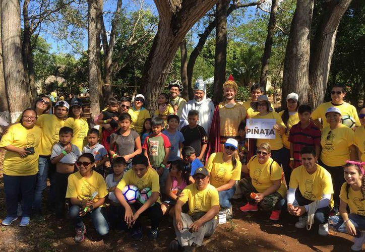 Los voluntarios apoyan en la entrega de juguetes en las comunidades. (Paola Chiomante/SIPSE)