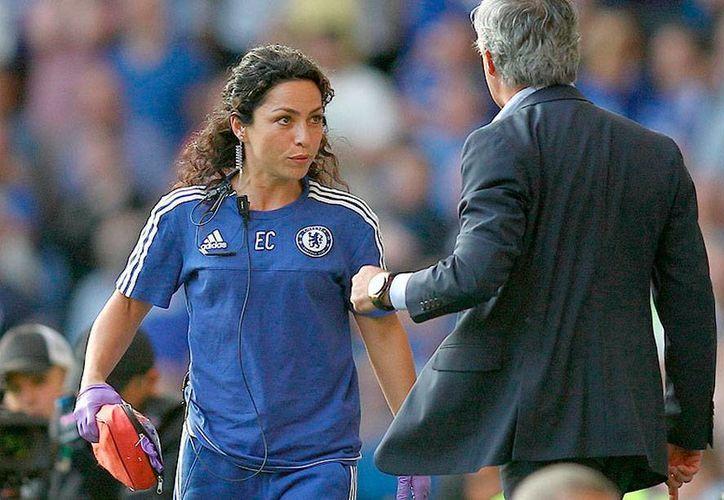 La doctora del Chelsea Eva Carneiro dejó el club, tras casi dos meses de que fuera separa del primer equipo por el técnico José Mourinho (de espaldas). (telegraph.co.uk)