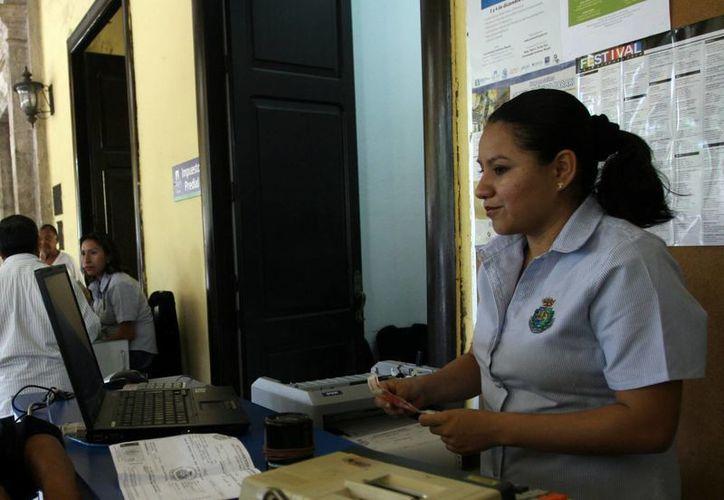 Los fondos del Sirjum están formados por aportaciones de los empleados. Imagen de una empleada del Ayuntamiento de Mérida. (Milenio Novedades)