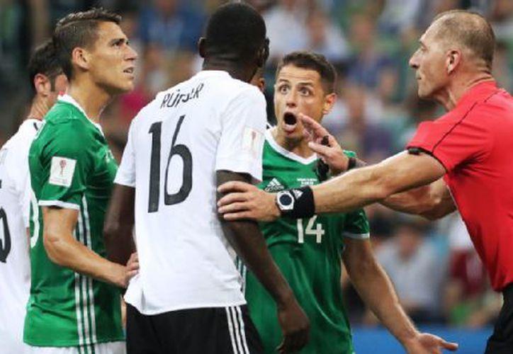 En la recta final del encuentro entre México y Alemania en la Confederaciones, Javier Hernández sostuvo un enfrentamiento con Antonio Rudiger. (Getty Images).