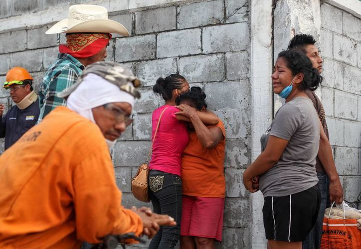 Los familiares de los trabajadores desaparecidos se reúnen fuera del complejo petroquímico Pajaritos en Coatzacoalcos. (Agencias)