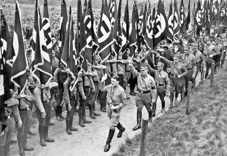 En la imagen, Adolf Hitler seguido por Ernst Röhm, jefe de las SA, saluda. (Archivo/EFE)